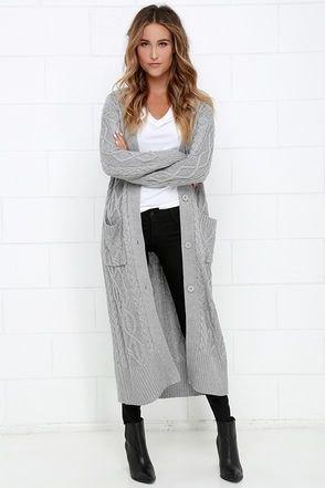 grå kofta med kablar och svarta skinny jeans