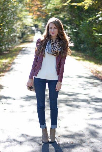 vit chiffongblus med infinity-halsduk med leopardtryck och mörka jeans