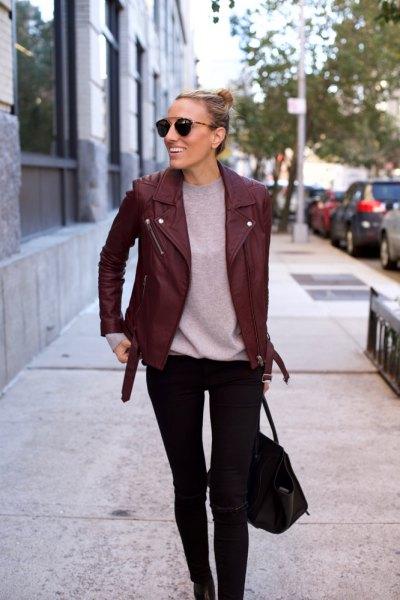 Burgundy skinnjacka med grå t-shirt och svarta skinny jeans