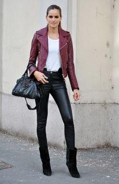 Mörkröd skinnjacka med vit linne och svarta moto leggings