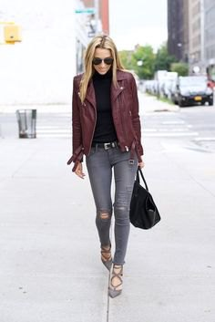 svart mock neck tröja med grå, sönderrivna supermager jeans