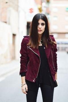 Rödbrun jacka med svart linne och smala jeans