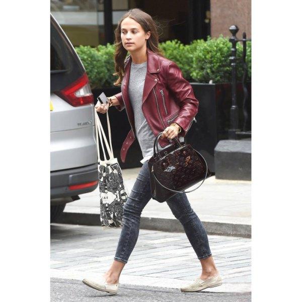 Rödbrun läderjacka med grå T-shirt och smala jeans med muddar