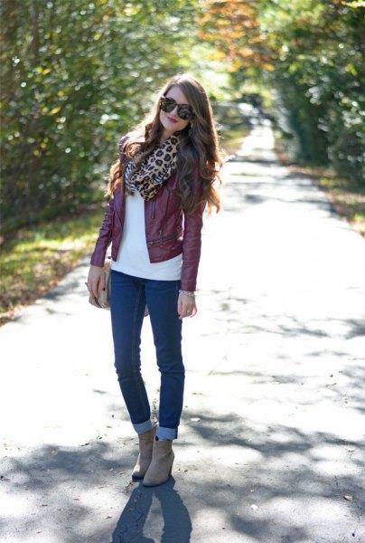 Rödbrun läderjacka med halsduk med leopardmönster och smala jeans med muddar