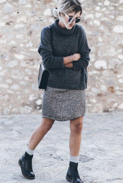Turtleneck-tröja med ljusgrå mini-stickad kjol
