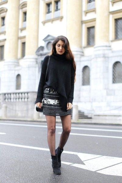 svart turtlenecktröja med mönstrad stickad minikjol
