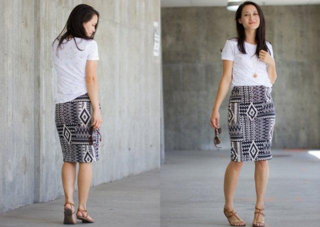 vit t-shirt med knälång stickad kjol med svartvitt stamtryck