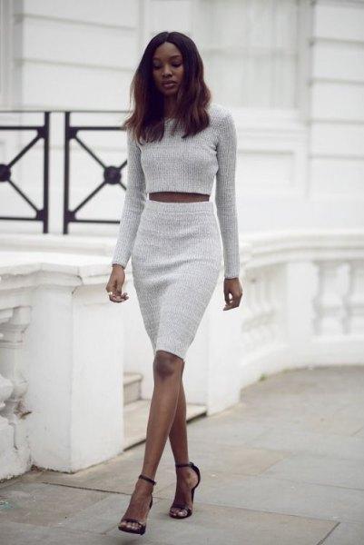 Ljusgrå beskuren tröja med matchande knälång kjol med hög midja