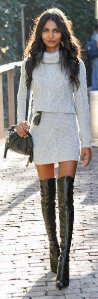 vit tvådelad miniklänning med turtleneck och långa läderstövlar
