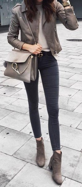 grå lädermotojacka med mörka skinny jeans