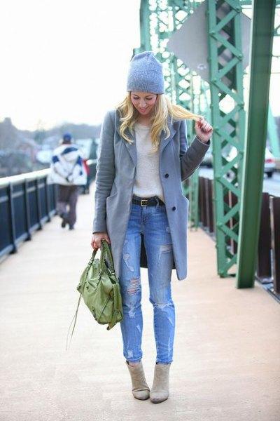 grå longline ullkappa med ljusblå, slitna slim fit jeans