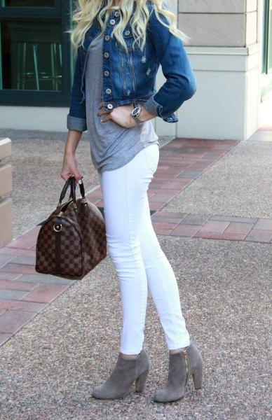 blå jeansjacka med vita skinny jeans och grå fotkängor