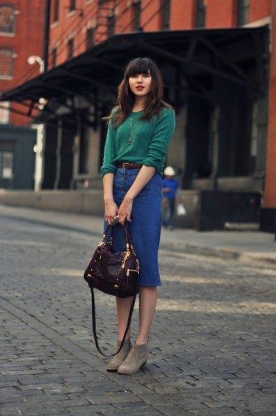 Tröja med blå midikjol i denim och grå fotkängor