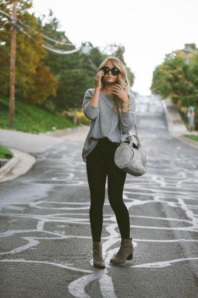 grå sweatshirt med svarta skinny jeans och ankelstövlar