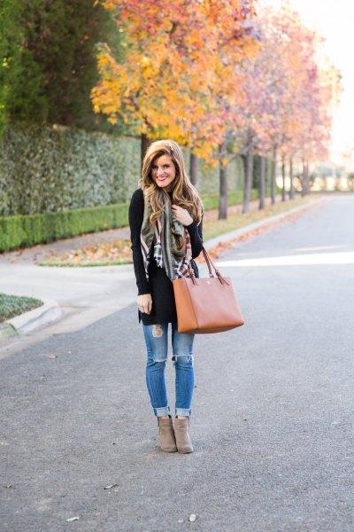 svart tunikatröja med ljusblå jeans och grå mockaskor