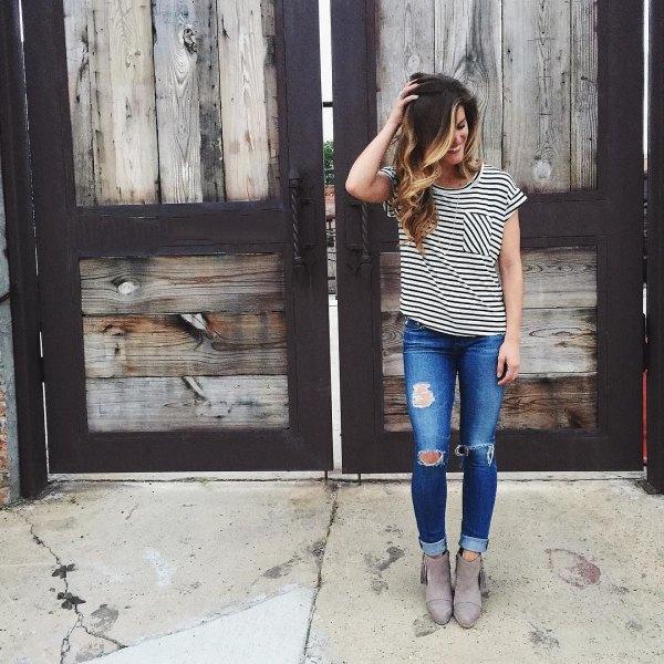 svartvit randig t-shirt med rippade skinny jeans och mockaskor
