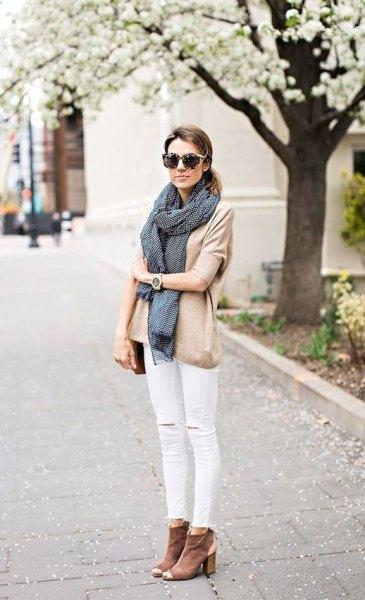 rodnande rosa blus med vita jeans och grå ankelstövlar med öppna tår
