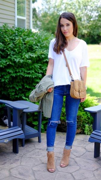 vit chiffong-t-shirt med blå jeans och kamelstövlar