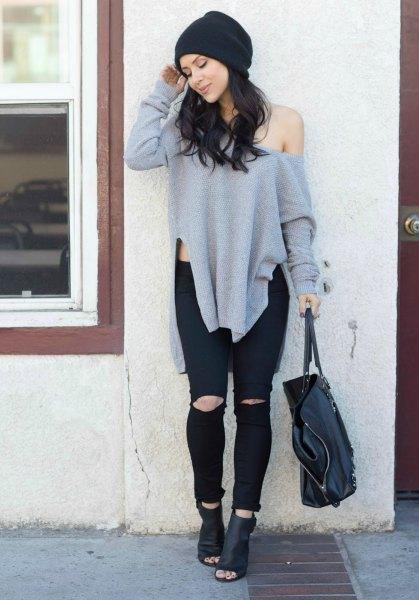 grå överdimensionerad tröja med ena axeln och svarta läderstövlar