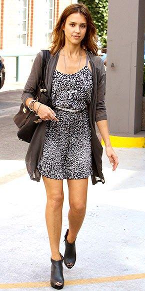 Ankelkängor i läder med miniklänning och bälte i svartvitt leopardtryck