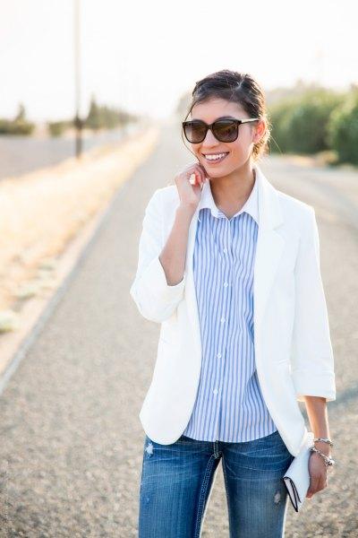 vit sommarblazer med en avslappnad passform och en himmelblå randig skjorta med knappar