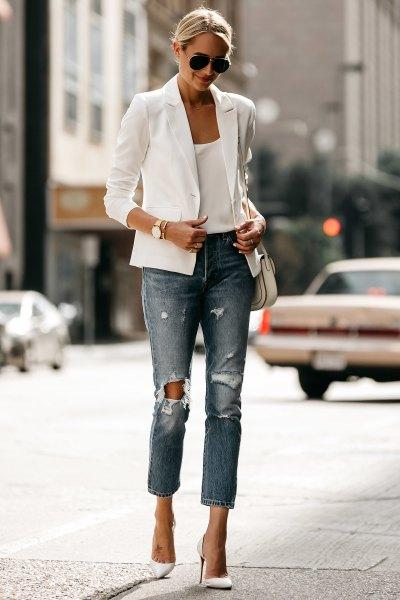 vit casual sommarblazer med väst med scoop-halsringning och rippade jeans