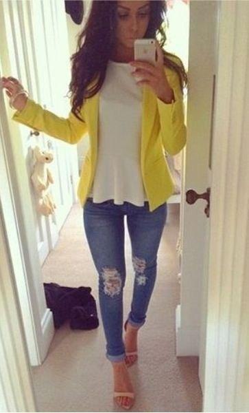 gul sommarkläder med vit peplumtopp och smala jeans