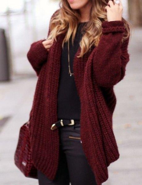 tjock rödbrun kofta med svart t-shirt och lädermotobyxor