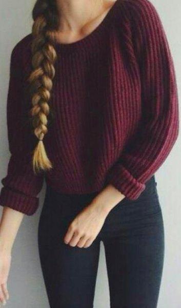 rödbrun, tjock, ribbad tröja med mörkblå, supertunna jeans