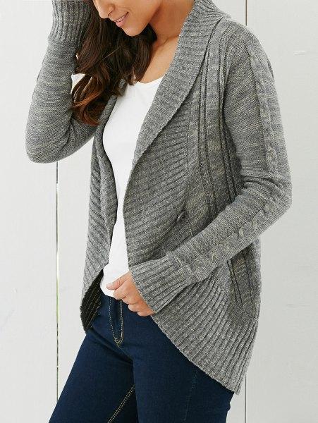 grå kofta med sjalkrage och mörkblå skinny jeans
