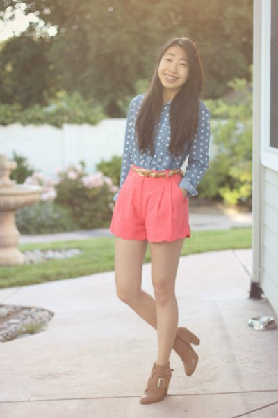 mörk kricka vit prickig skjorta rosa shorts