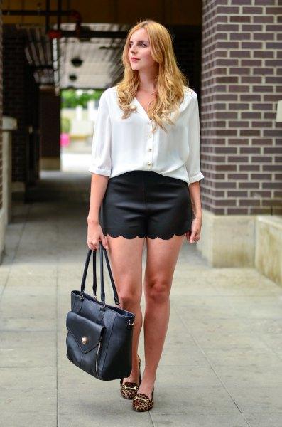 vit skjorta med knappar och halva ärmar, svarta kortslutna shorts