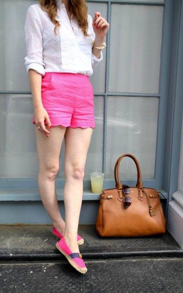 vit mönstrad skjorta rosa shorts