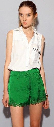 vit ärmlös skjorta gröna siden shorts och spetsar i kupor