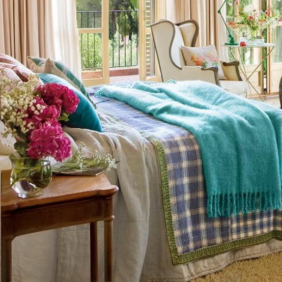 Charmig vintage sovrumsdesign med turkos och rosa accenter.