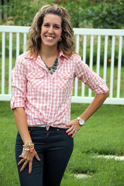 rosa och vit knuten skjorta med svarta skinny jeans
