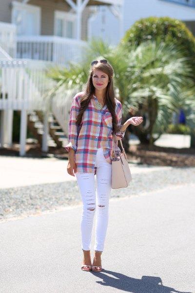 blårosa rutig skjorta med tunna vita jeans