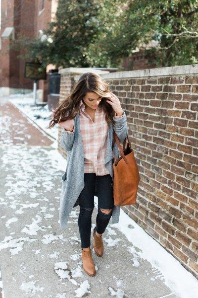rosa och vit rutig skjorta med grå longline-kofta och rippade jeans