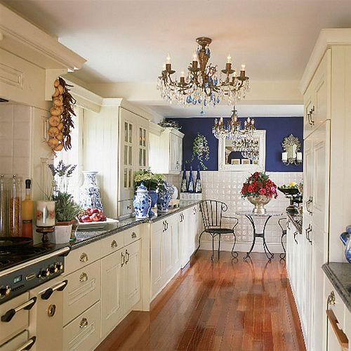 blått och vitt kök    Vita kökskök, blåvit.