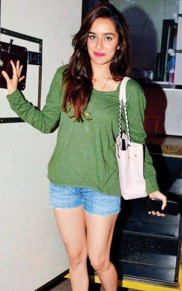 grön långärmad T-shirt med ljusblå mini-jeansshorts