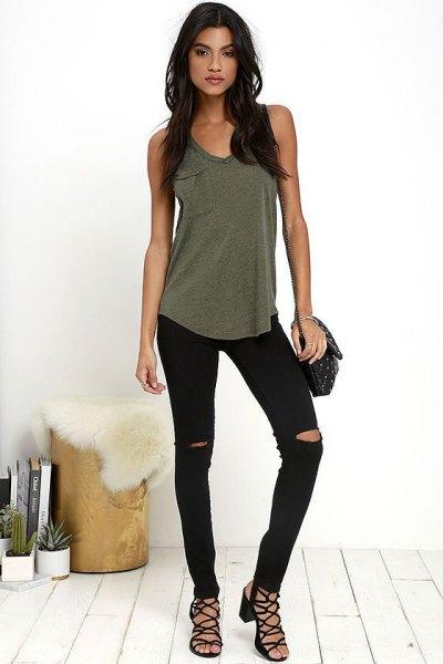 Olivgrön linne med rippade svarta skinny jeans