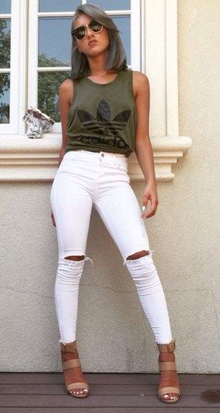 grön grafisk linne med vita skinny jeans