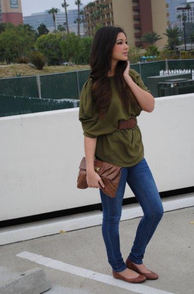 grön halvärmad blus med blå skinny jeans och flats