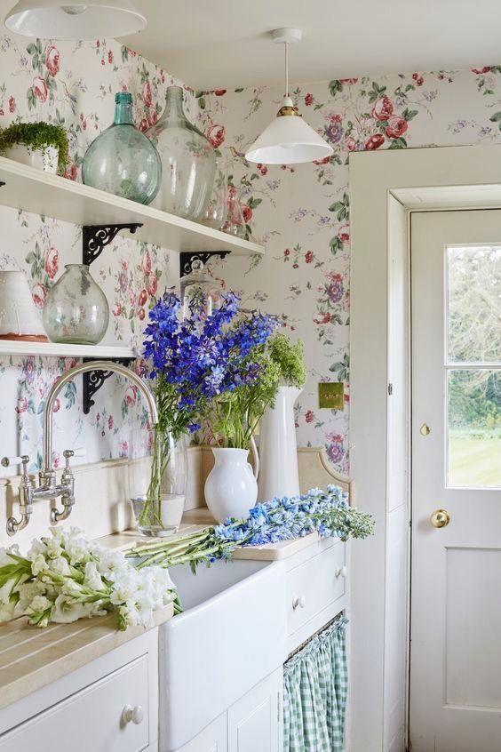 Detta eleganta ljusa kök är gjort med blommigtapet.