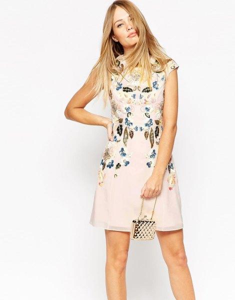 vit en linje blommig klänning