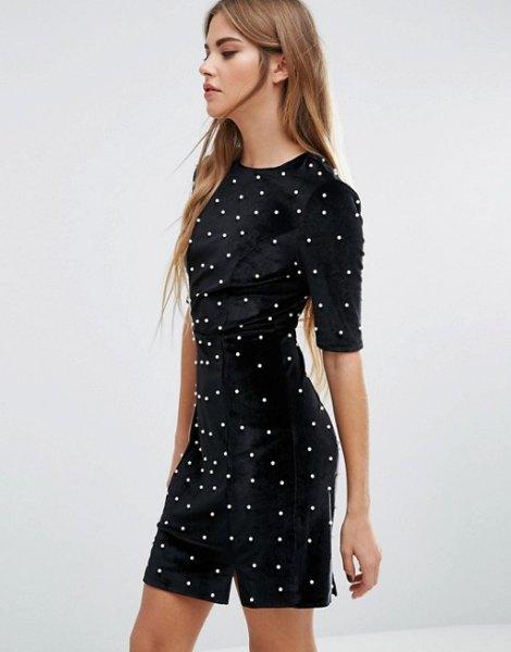 figur-kramande klänning med svart pärla