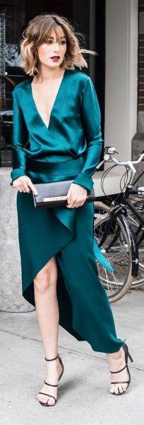 mörkblågrön sidenklänning med djup V-ringning och hög wrap