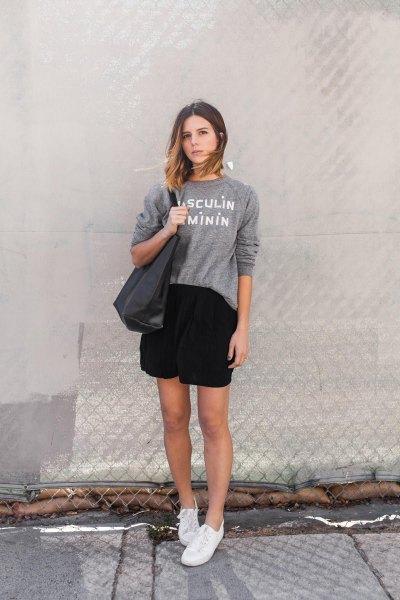 grå grafisk sweatshirt med rund hals och svart wrap kjol