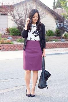 svart kofta med vit tryckt tröja och lila penna kjol