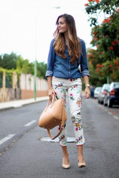 Chambray-skjorta med vita blommiga byxor